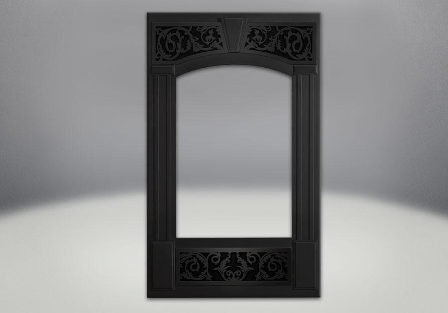 Façade traditionnelle. Fini peint noir métallique. Panneaux ornementaux