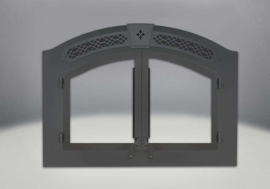 Bornes de chenet noires, portes arquées, façade et grille supérieure en fer forgé