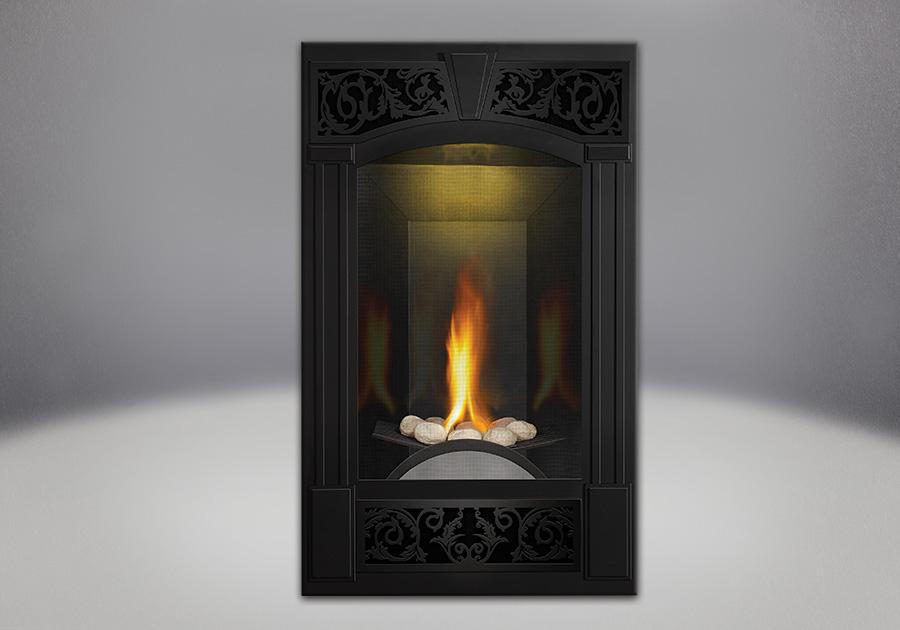 Ensemble de brûleur avec roches de rivière, façade traditionnelle, fini peint noir métallique, panneaux réflecteurs radiants en porcelaine MIRO-FLAMME<sup>MD</sup>, lumière de veille exclusive