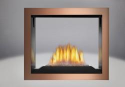 Brûleur pour braises de verre comprenant un lit de braises CRYSTALINE<sup>MD</sup> topaze, panneaux réflecteurs radiants en porcelaine MIRO-FLAMME<sup>MD</sup>, façade en fini cuivre brossé