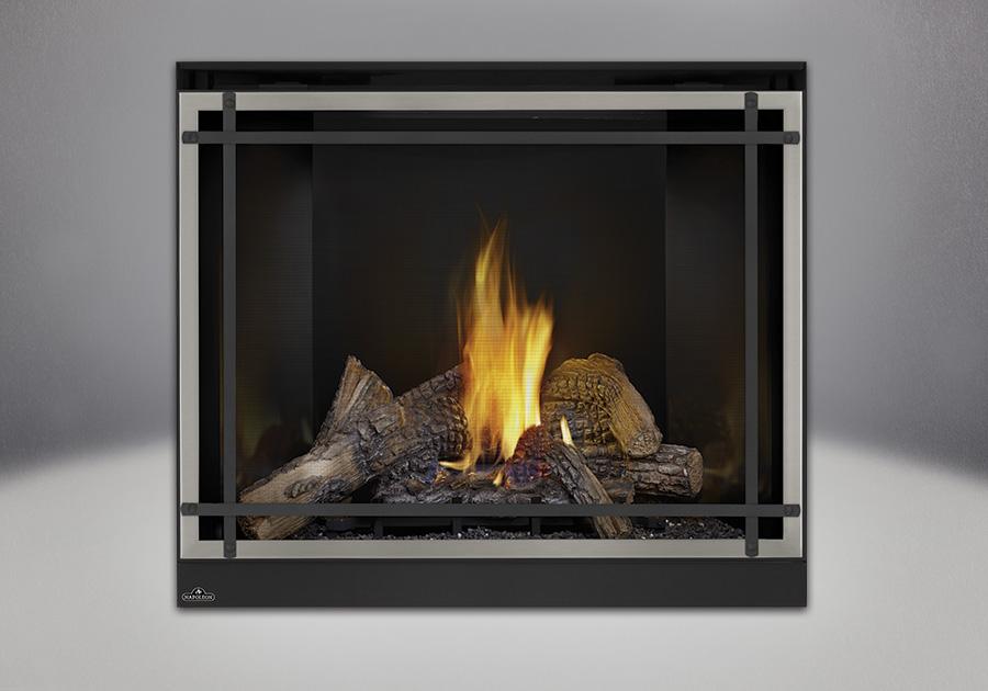 Bûches PHAZER<sup>®</sup>, panneaux réflecteurs radiants en porcelaine MIRO-FLAMME<sup>MD</sup>, façade classique avec un revêtement en fini nickel brossé et des barres d'accent droites en fini noir, et un écran de protection