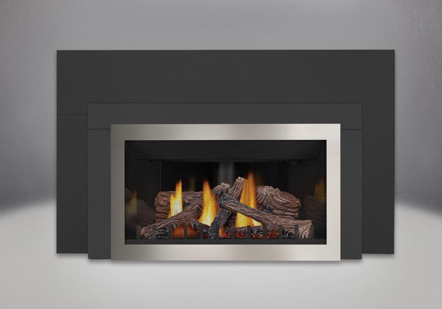 PHAZER<sup>®</sup> Logs, Panneaux réflecteurs radiants en porcelaine MIRO-FLAMME<sup>MD</sup>, Façade en fini nickel brossé, Moulure contemporaine, Plaque de fond à 3 côtés