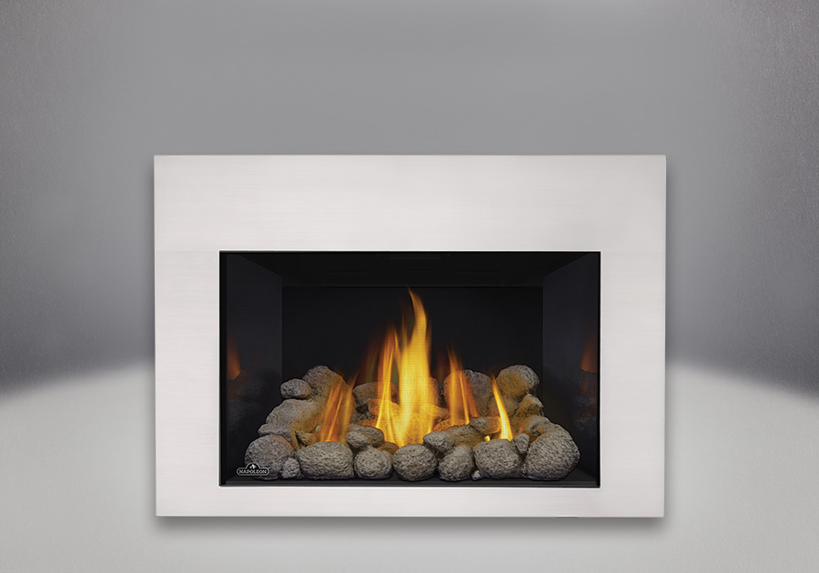 Ensemble de roches de rivière grises, panneaux réflecteurs radiants en porcelaine MIRO-FLAMME<sup>MD</sup>, façade contemporaine rectangulaire fini plaqué chrome satiné