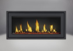 Moulure de finition (autour d'un cadre affleurant) avec revêtement en poudre noir, billes de verre rouges et panneaux réflecteurs radiants en porcelaine MIRO-FLAMME<sup>MD</sup>
