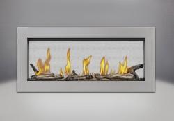 Contour en acier inoxydable, billes de verre transparentes, ensemble Beach Fire et panneaux réflecteurs radiants en porcelaine MIRO-FLAMME<sup>MD</sup>
