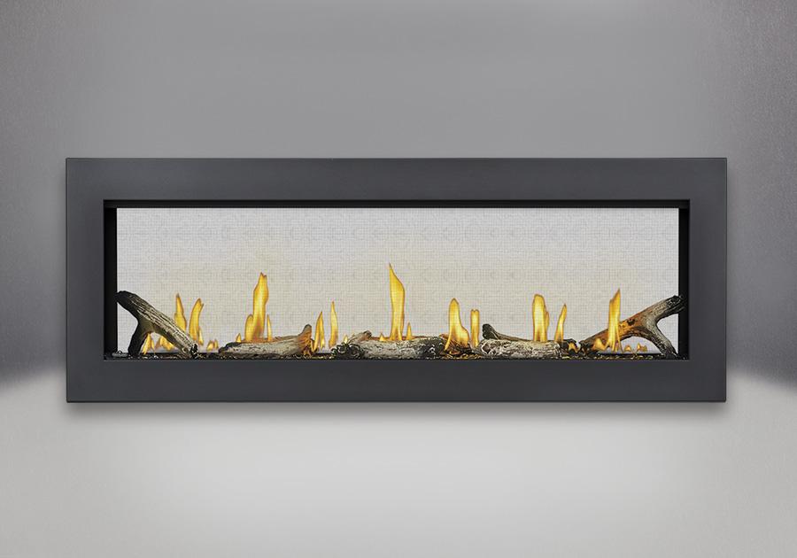 Cadre affleurant avec revêtement en poudre noir, billes de verre transparentes, bûches de bois flotté et panneaux réflecteurs radiants en porcelaine MIRO-FLAMME<sup>MD</sup>