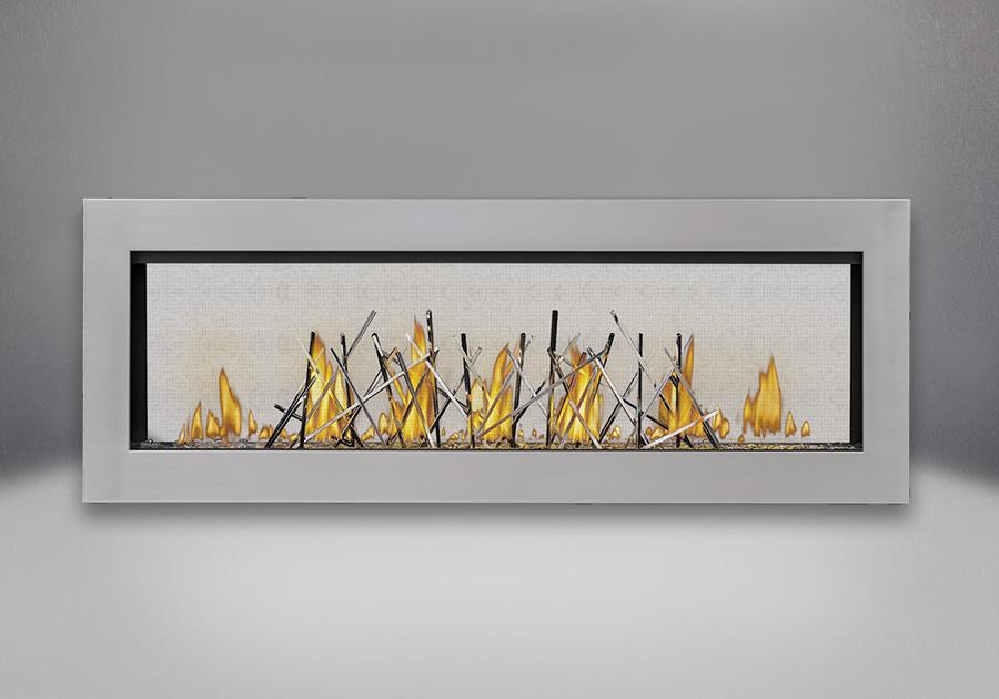 Cadre affleurant en inoxydable, billes de verre transparentes, bâtonnets décoratifs plaqués nickel et panneaux réflecteurs radiants en porcelaine MIRO-FLAMME<sup>MD</sup>