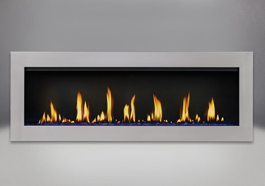 Contour en acier inoxydable, billes de verre bleu et panneaux réflecteurs radiants en porcelaine MIRO-FLAMME<sup>MD</sup>