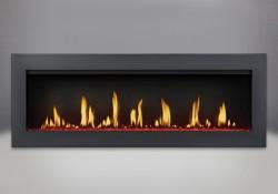 Cadre affleurant avec écran de protection et revêtement en poudre noir, billes de verre transparentes avec lumières DEL réglées sur rouge et panneaux réflecteurs radiants en porcelaine MIRO-FLAMME<sup>MD</sup>